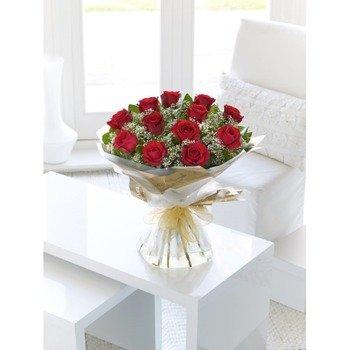 12 rosas rojas de tallo largo atadas a mano