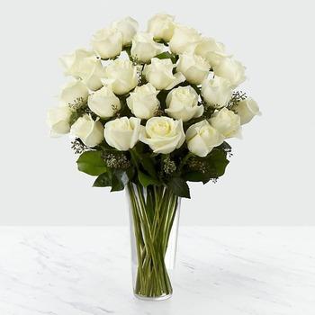 24 rosas blancas en florero